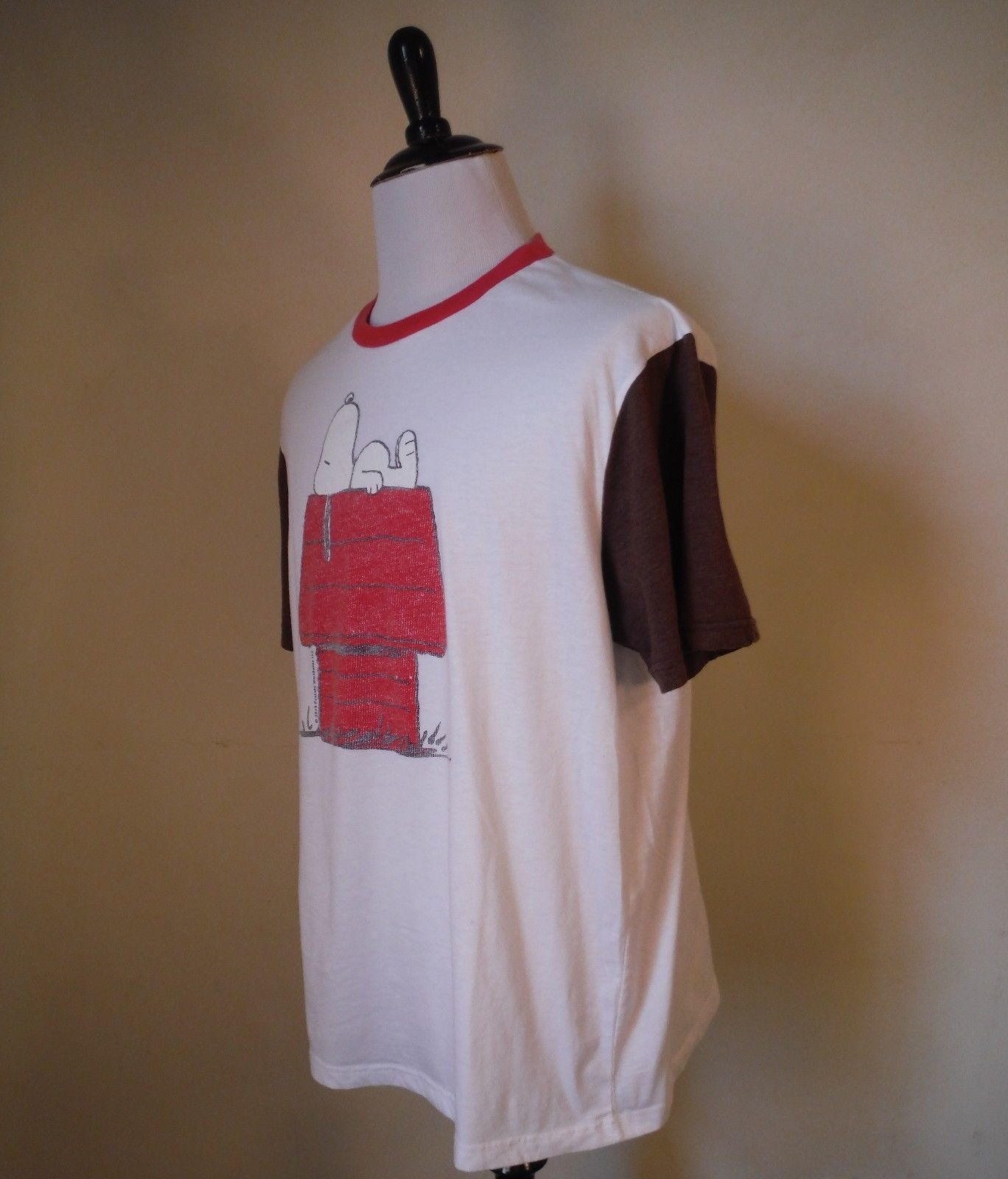 cf65c086 Peanuts Mens XL White/Brown/Red Snoopy Sleeping Dog House Graphic Tee T-