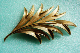 VINTAGE PARE CROWN TRIFARI SIGNED BRUSHED GOLD TONE METAL LEAF PIN BROOCH - $55.40