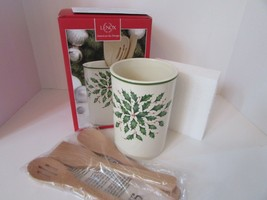 "LENOX CHINA HOLIDAY UTSENSIL CROCK WITH WOODEN SERVERS 7"" NEW IN BOX  - $14.80"