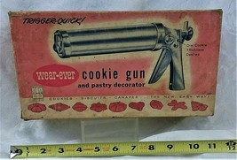 VINTAGE WEAR-EVER COOKIE GUN & PASTRY DECORATOR IN ORIGINAL BOX MADE IN ... - $25.99