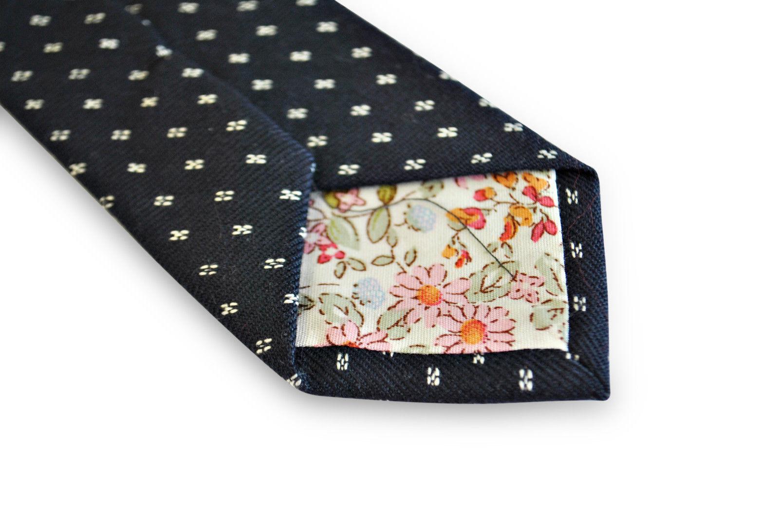 Frederick Thomas bleu marine cravate avec blanc taches en 100% coton ft3194
