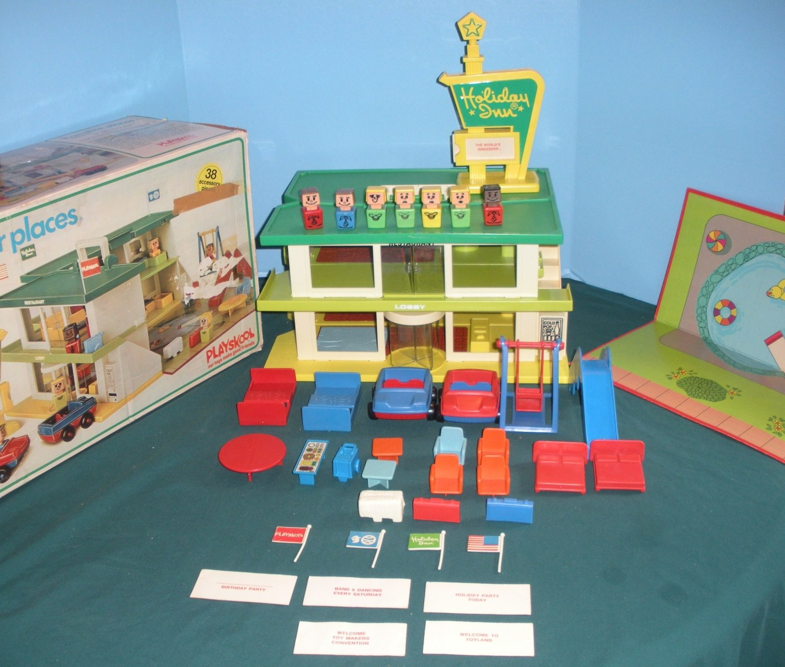 Vtg. Playskool Familiar Places #480 Holiday Inn Comp. w/Mat, Signs, and Box! (D)