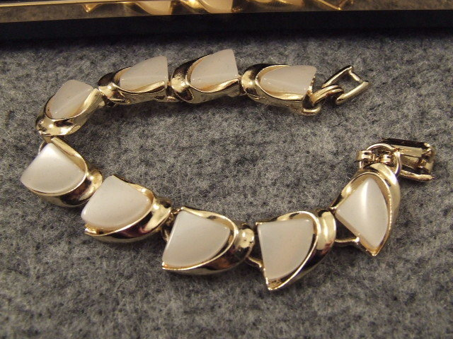 Vintage Enamel Bracelet Gold & White Retro Excellent Condition