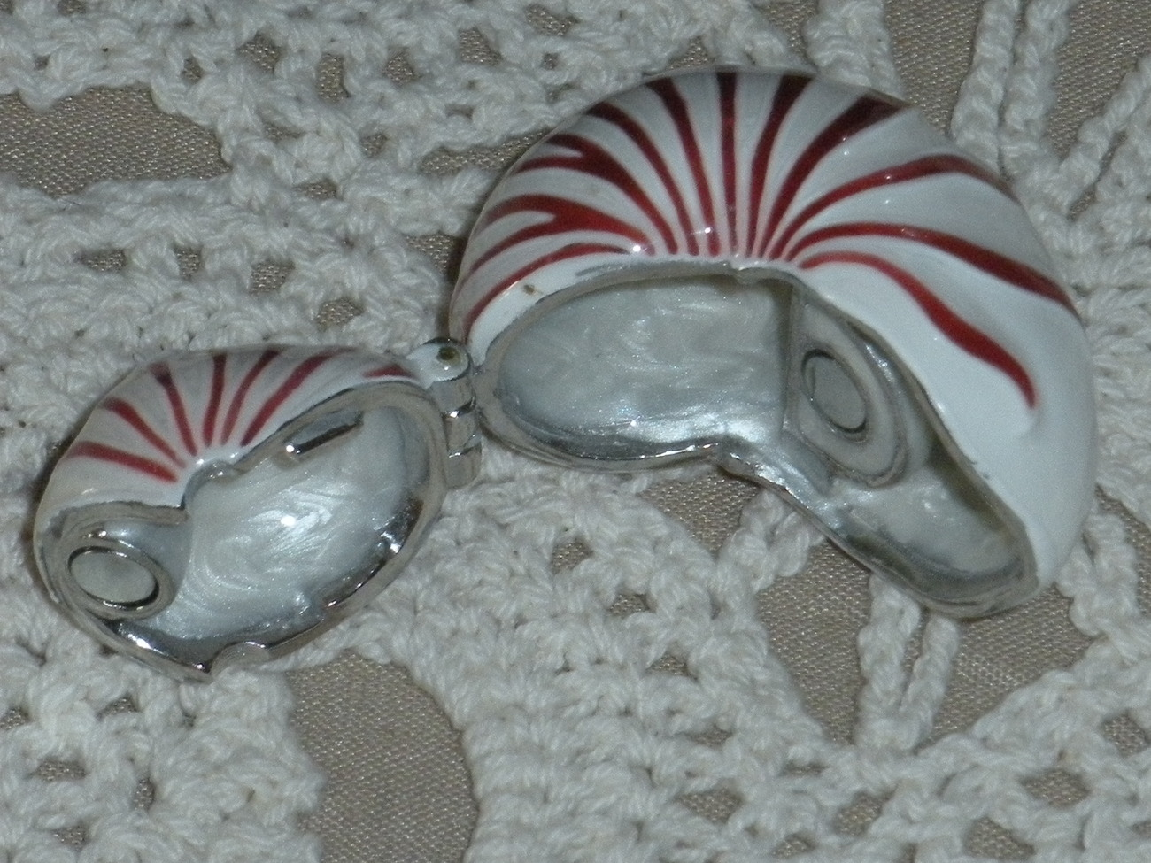 Monet Limoges Shell on hinge white and red