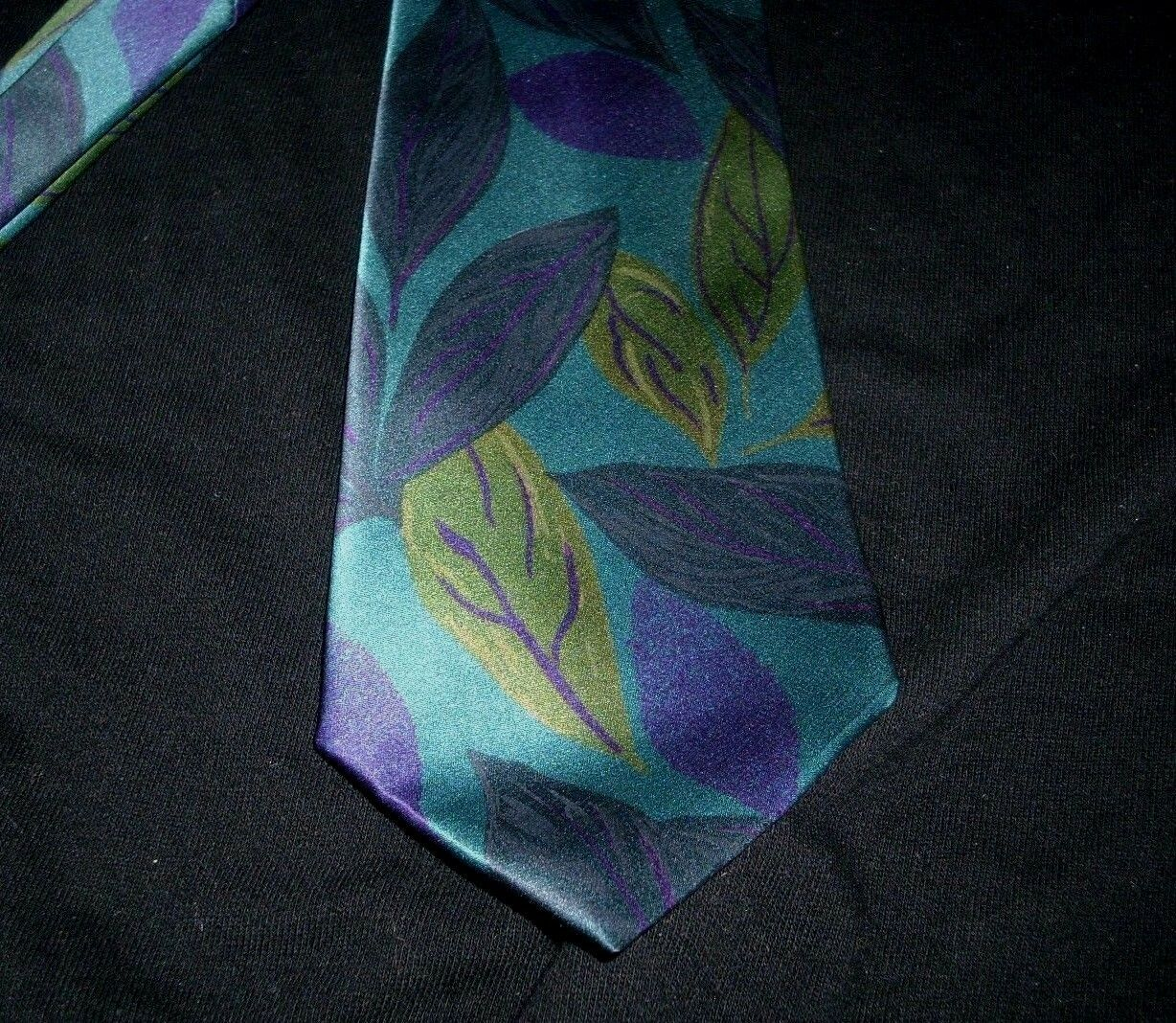 Primary image for MEN'S VINTAGE FRATELLI PURPLE BLUE GREEN LEAF SHAPES PATTERN ITALY 100% SILK TIE