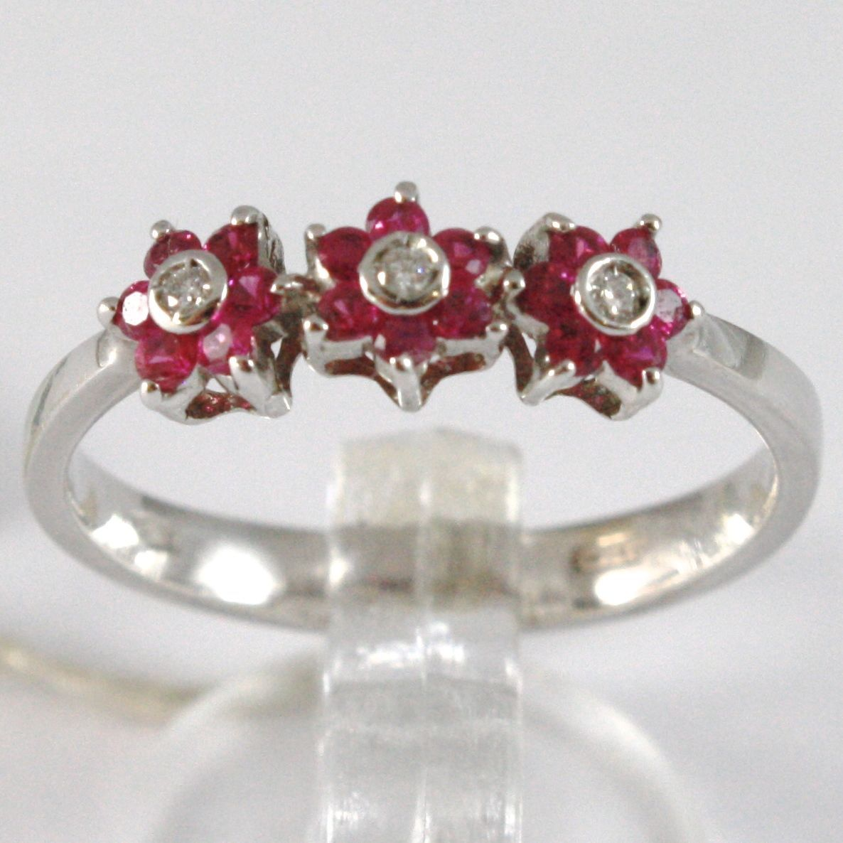 WHITE GOLD RING 750 18K, TRILOGY ROSETTA, FLOWERS WITH RUBIES AND DIAMONDS