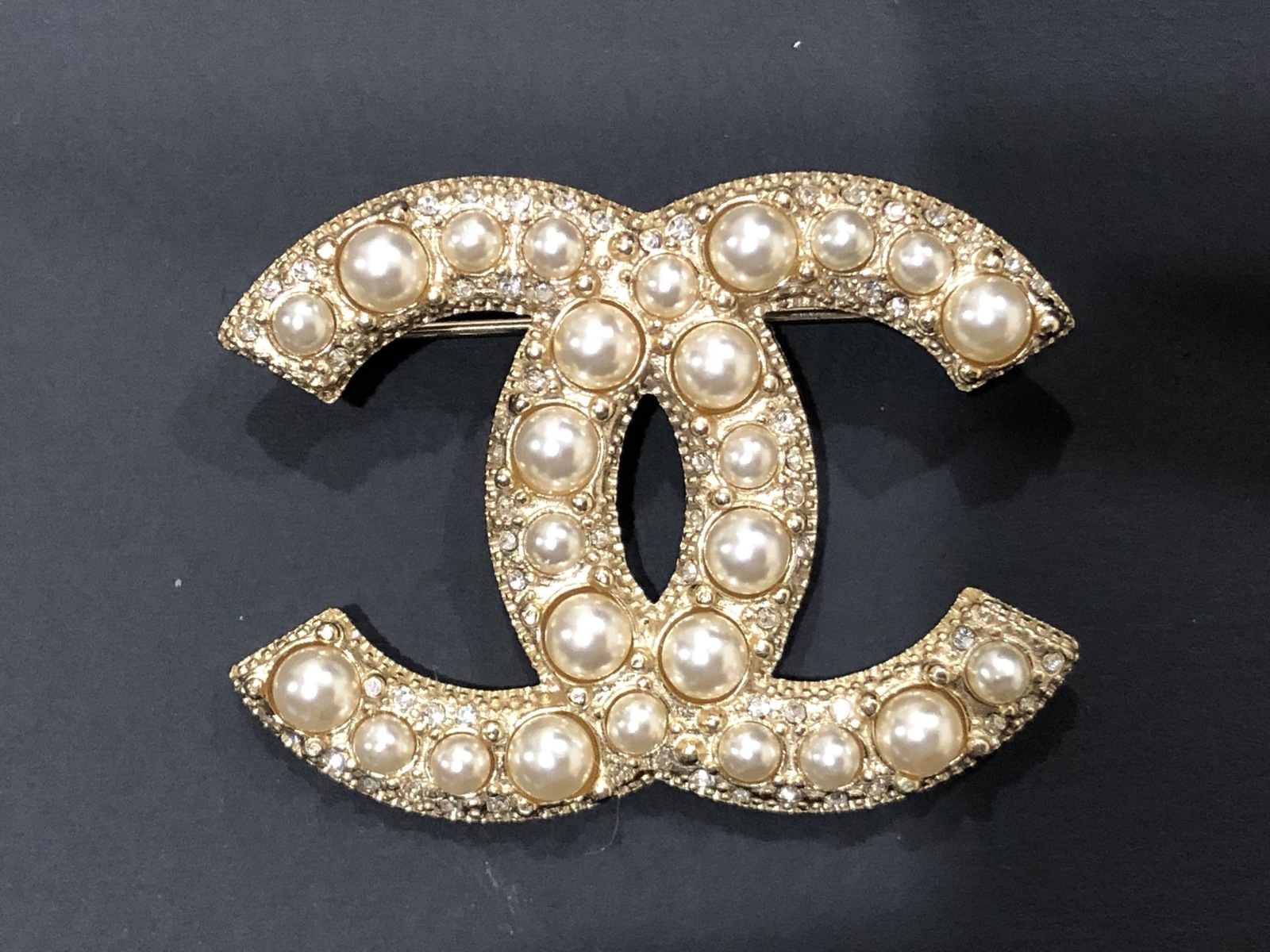 NEW 100% AUTHENTIC CHANEL LIMITED EDITION Gold Pearl CC Logo Iconic PIN BROOCH