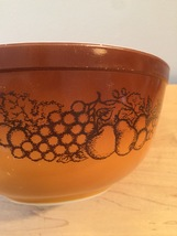 Vintage 70s Pyrex 2 1/2 qt mixing bowl with Old Orchard pattern