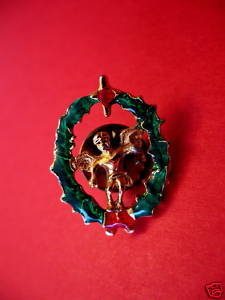 CHRISTMAS Lapel Pin Hat Pin ANGEL in WREATH Collector Souvenir Vintage