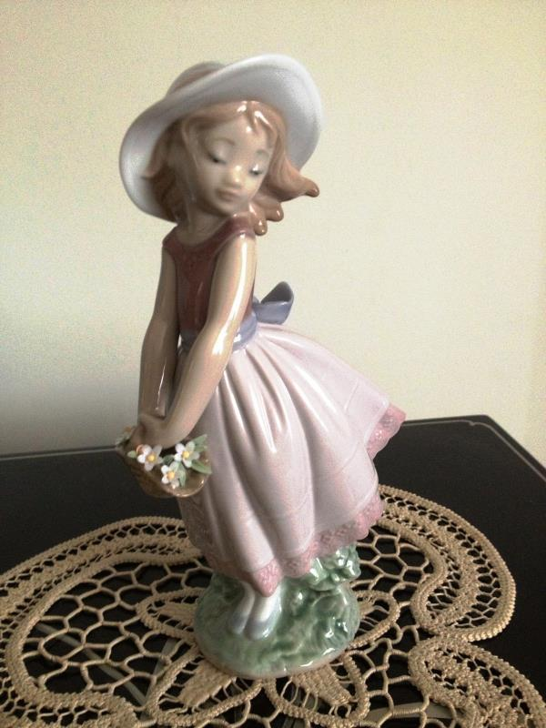 Primary image for lladro Pretty Innocense # 8246 Mint