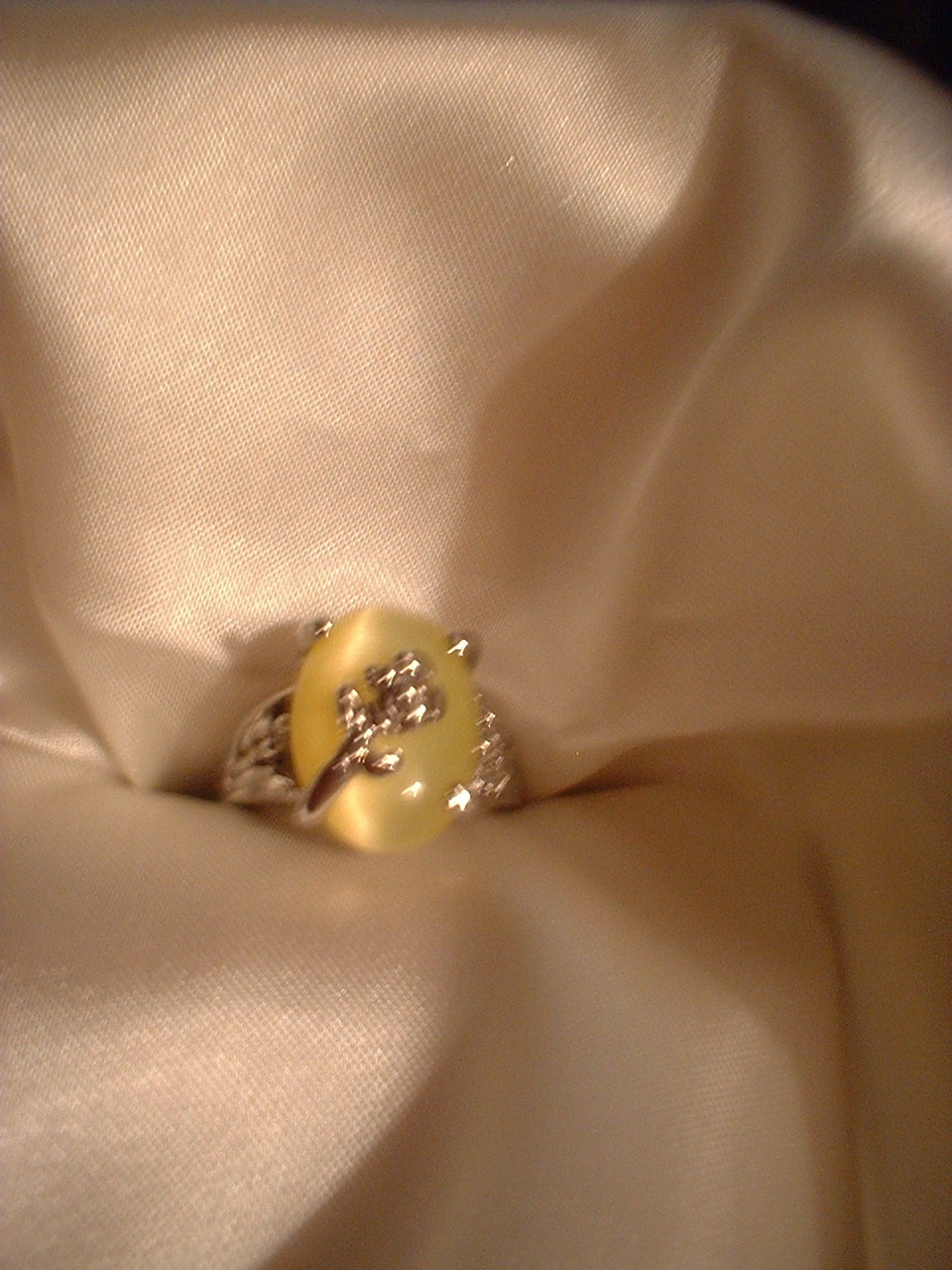 Flower ring lemon yellow front