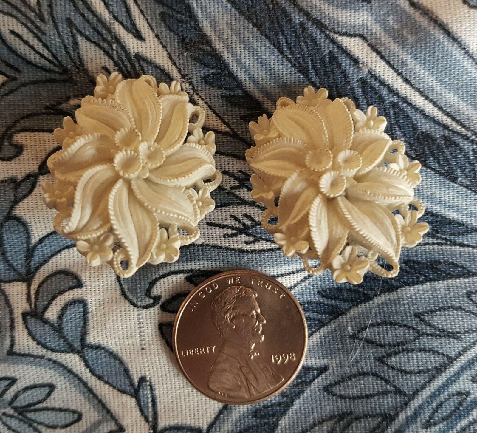 Primary image for SIGNED VINTAGE WHITE FEATHERWEIGHT CARVED CELLULOID PLASTIC FLORAL CLIP-ONS