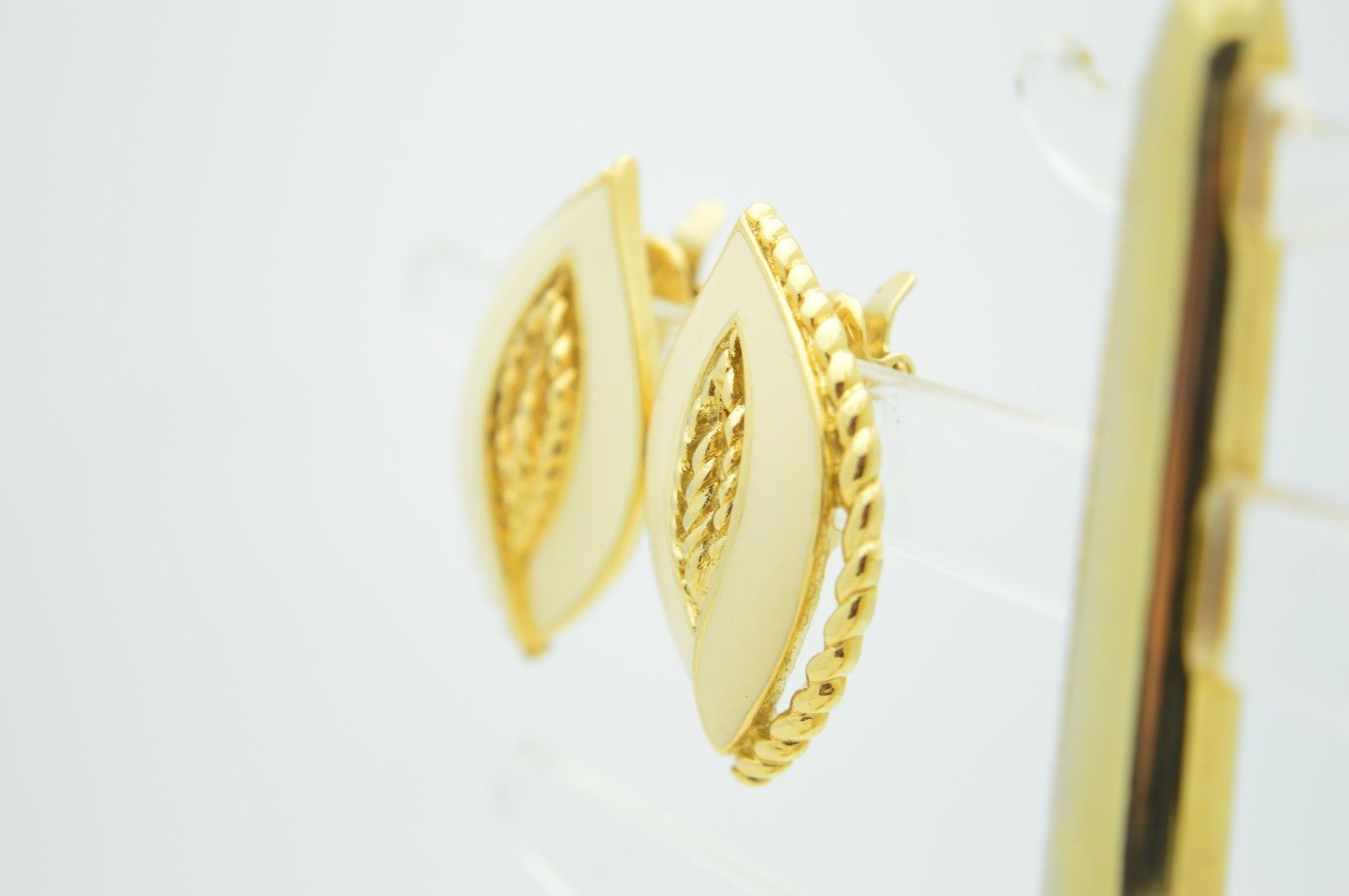 VTG CROWN TRIFARI 1970s Gold Tone Ivory Colored Enamel Clip Earrings