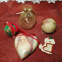 FIVE ASSORTED VINTAGE CHRISTMAS ORNAMENTS image 1