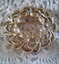 Vintage Signed AJC Gold Tone Loop Wreath Pin Brooch - $2.85