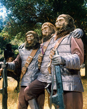 Planet of the Apes 16x20 Poster soldier apes pose for photograph - $19.99
