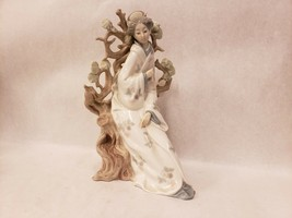 Lladro Japanese Geisha Asian Woman Girl Sitting on Tree Porcelain Figurine - €38,48 EUR