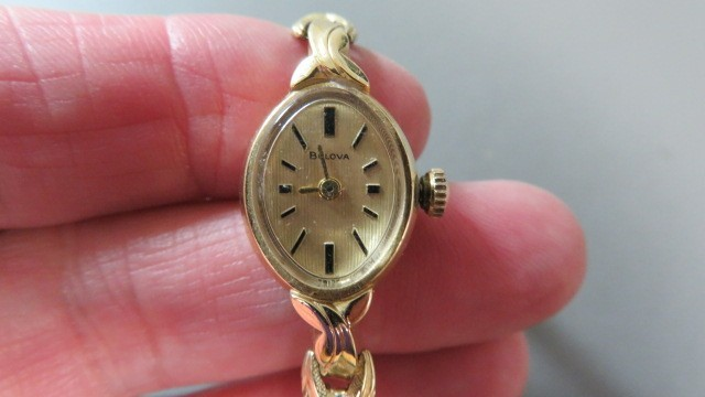 14k gold vintage analog wind up womens Bulova gold watch-Onyx stones-10.9 grams