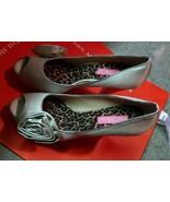 New Betsey Johnson Tan Beige Satin Flower High Heels Pumps Sz 8 Retail $116 - $37.05