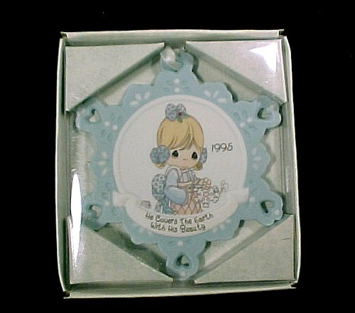 77175a precious moments 1995 christmas tree ornament he covers the earth with his beauty