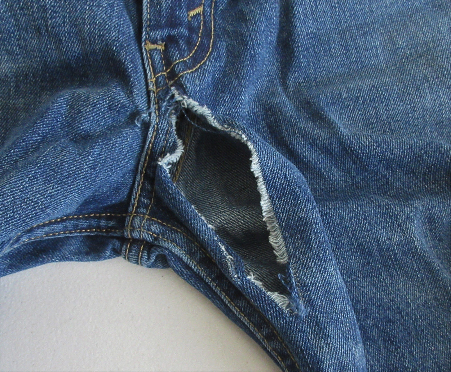Levi Men's 514 Straight Leg Medium Wash Distressed Jeans 38 x 30