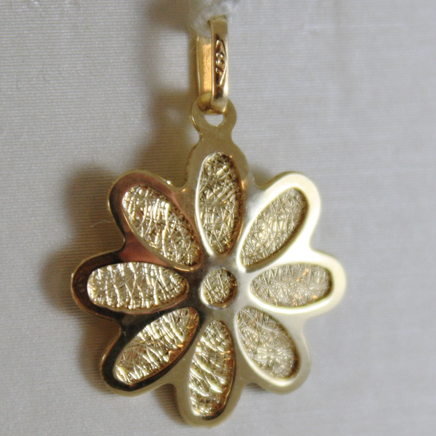 18K YELLOW GOLD FLAT FLOWER DAISY CHARM PENDANT, FINELY WORKED, MADE IN ITALY