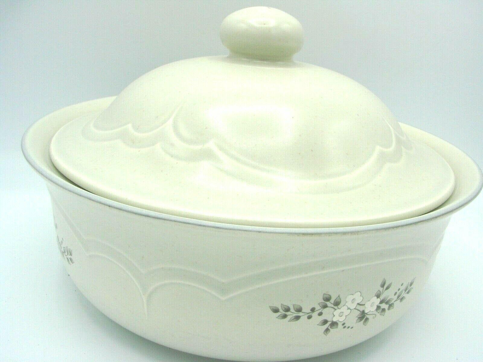 Pristine Pfaltzgraff Heirloom Covered Casserole Dish 8.75 2 Quart White Flowers