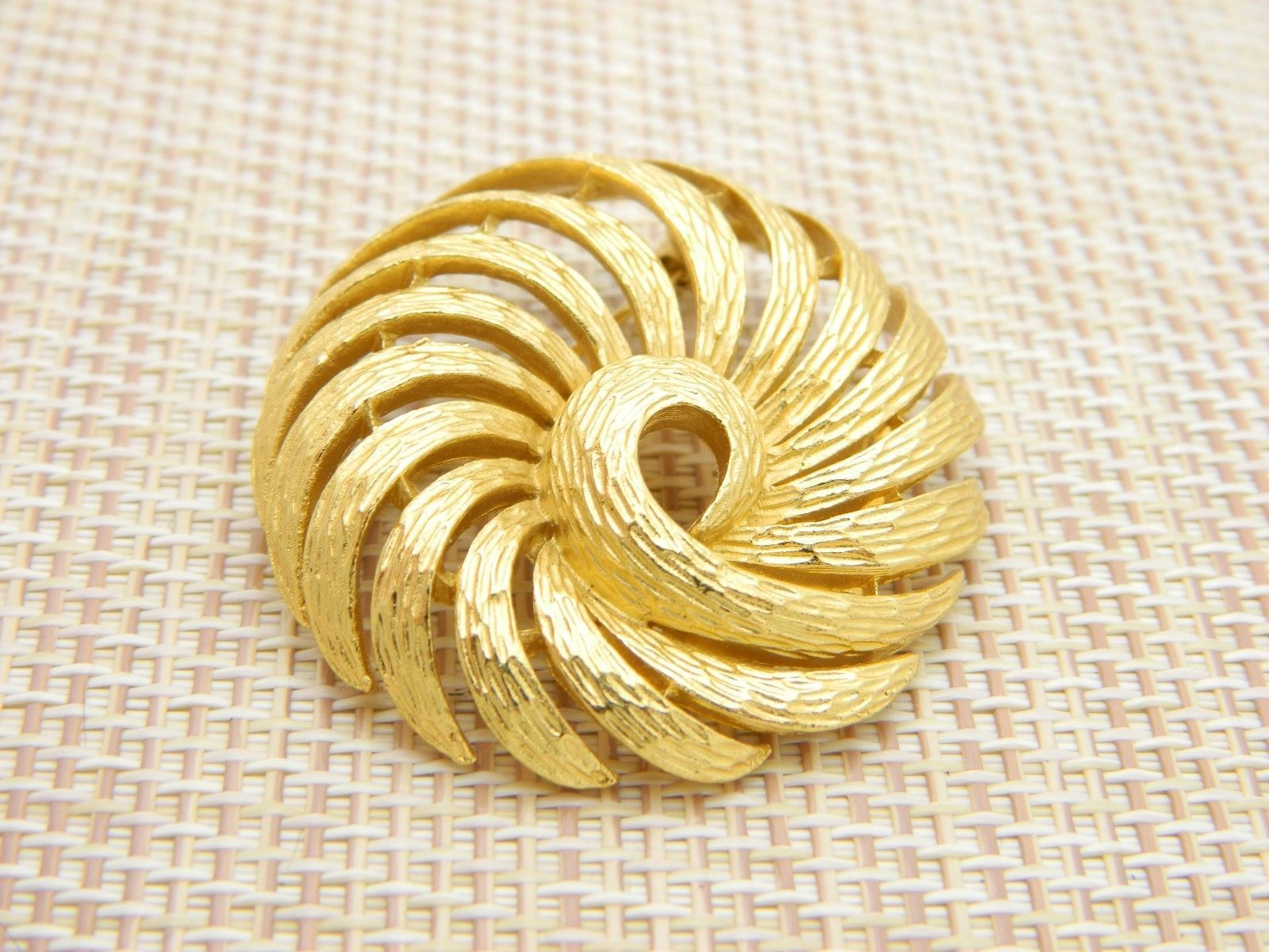 CROWN TRIFARI Gold Tone Mid Century Textured Swirl Abstract Pin Brooch (B)