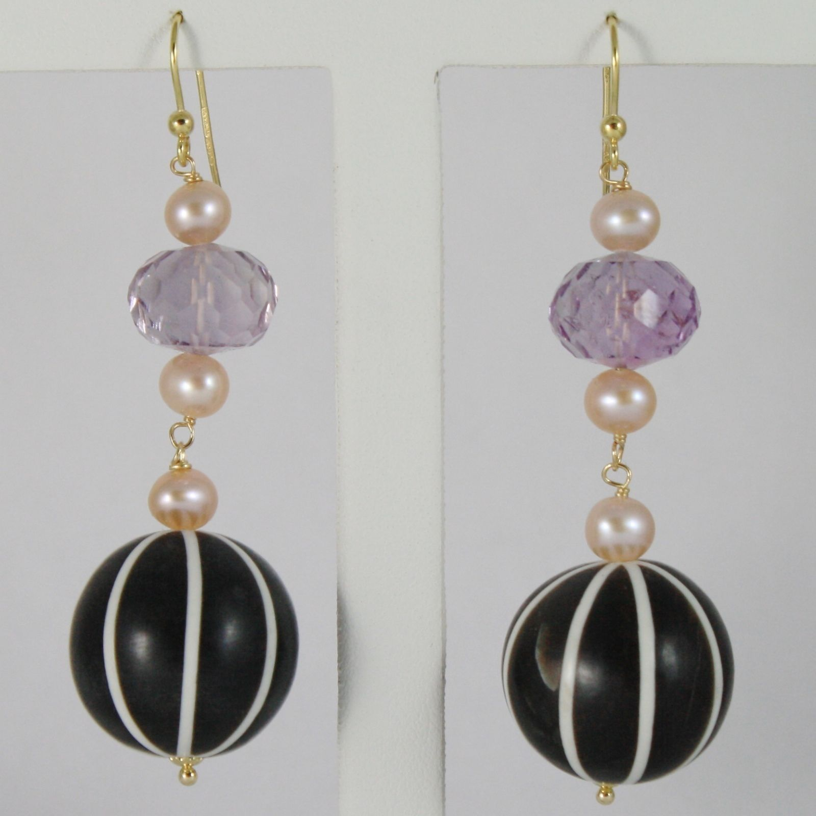 18K YELLOW GOLD PENDANT EARRINGS WITH BIG STRIPED HORN, PINK PEARLS AND AMETHYST