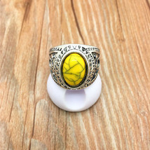 << YELLOW STONE RING **SIZE 8.75** >>     WE COMBINE SHIPPING   (169 - $5.69