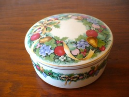 Mikasa Christmas Bouquet Wreath Round Covered Box  - $19.95