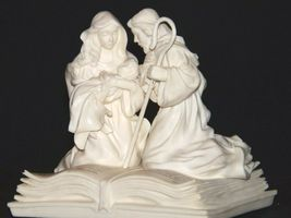 Pure White Music Box of Mary, Joseph and baby Jesus on a Bible AA19-1643 Vintag image 4