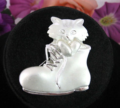 AJC PUSS IN BOOTS PIN Vintage Kitty Cat Kitten Shoe Silvertone Matte Shi... - $12.99