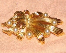 Vintage Costume Jewelry Goldtone & Faux Pearl Pin - $5.89