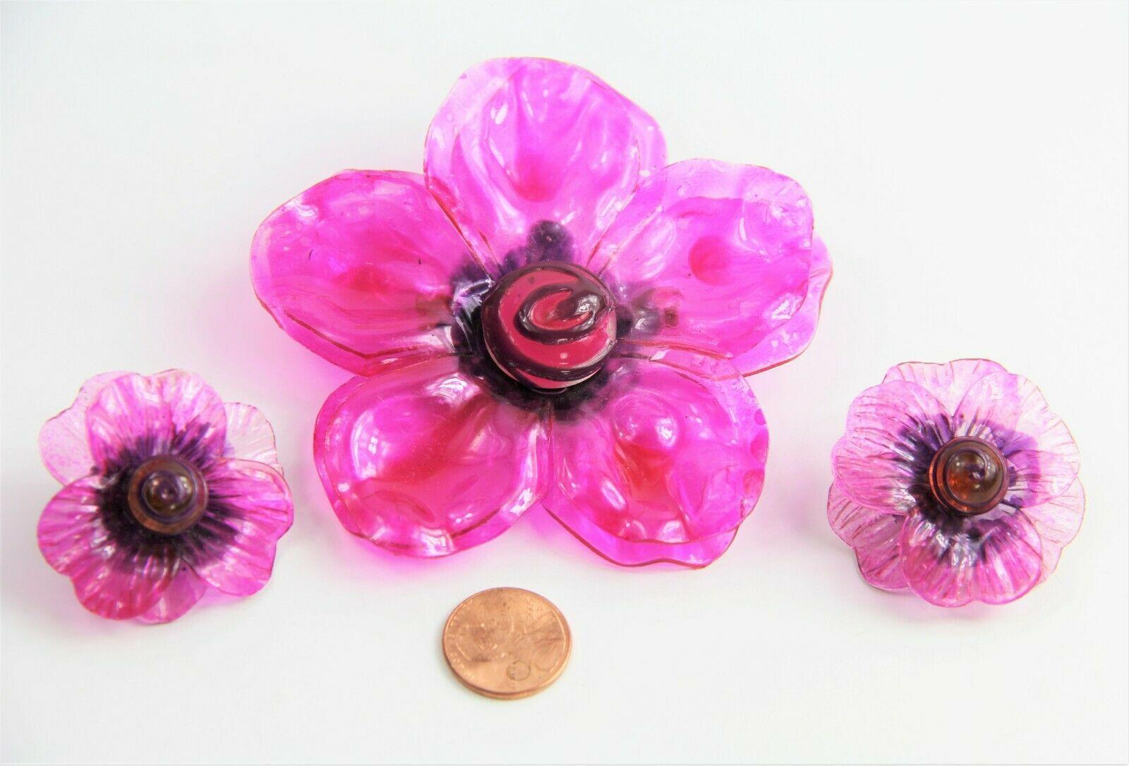 VINTAGE ESTATE MOD HOT PINK CELLULOSE ACETATE PLASTIC FLOWER SET BROOCH EARRINGS