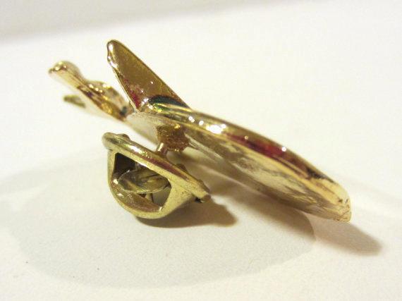 Lovely vintage goldtone enamel pin