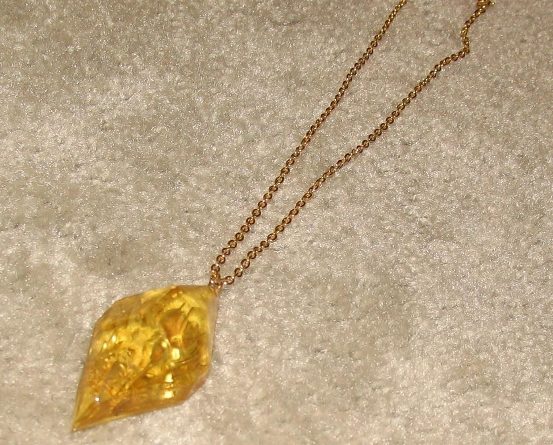 Gold chain w pendant  3