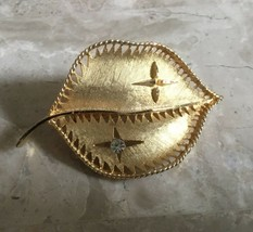 VINTAGE RETRO BRUSHED GOLD TONE CRYSTAL ACCENTED LEAF PIN - $9.49