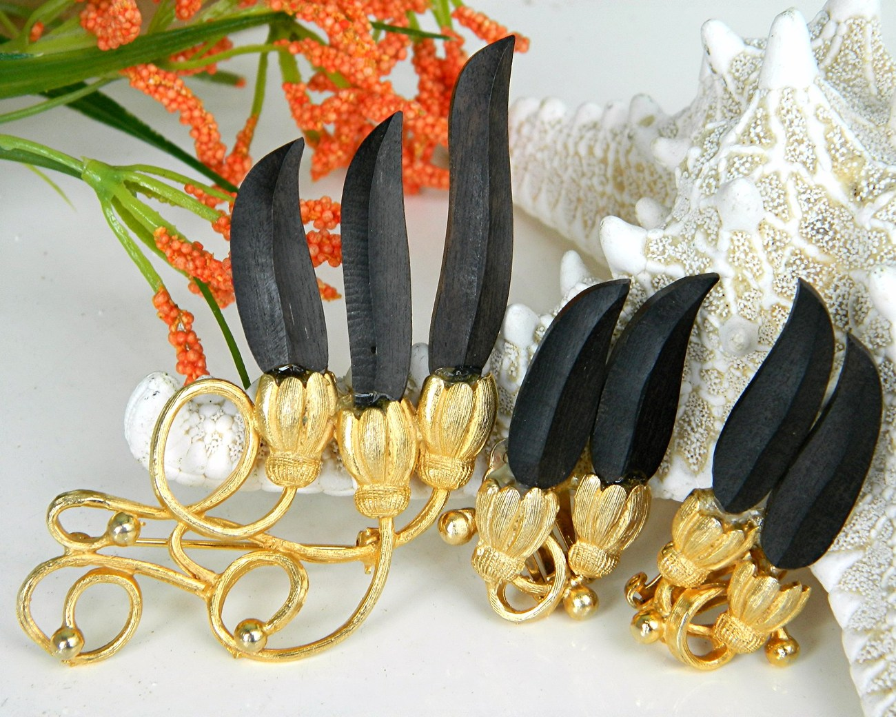Viintage wood brooch earrings set black gold flowers petals