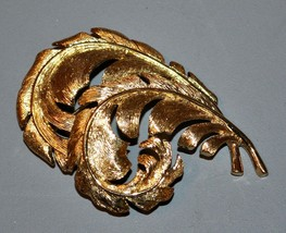 Vintage Trifari Gold Toned Leaf Feather Brooch Pin - $14.25