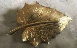 VINTAGE RETRO BRUSHED GOLD TONE VEINED LEAF MOTIF PIN - $9.49