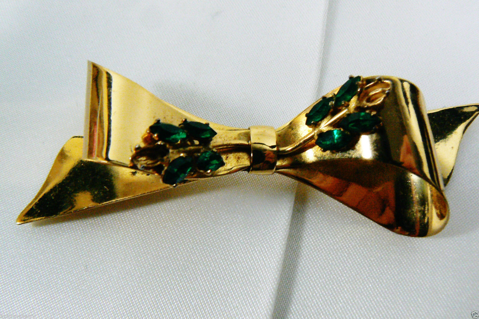 VINTAGE CORO GOLD PLATE STERLING SILVER EMERALD GREEN MARQUIS CUT STONES BOW PIN
