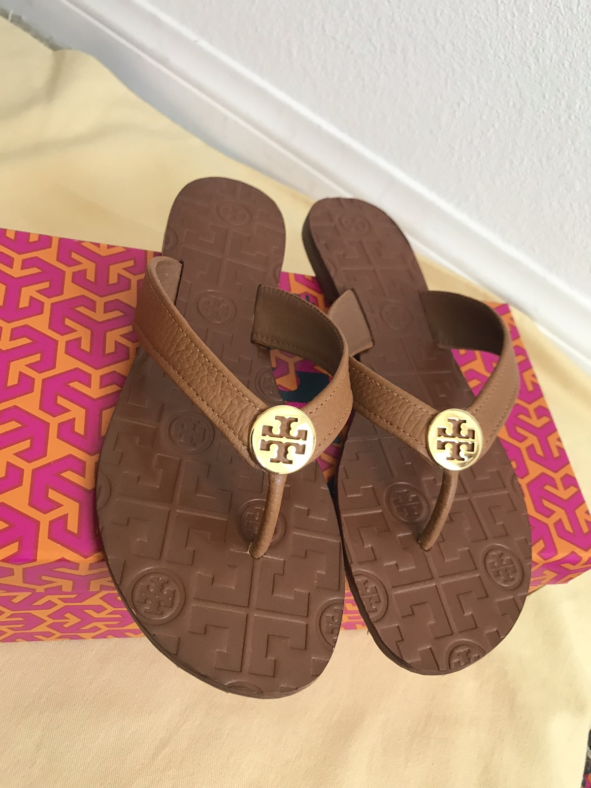 12557e177 size 8M NIB TORY BURCH Royal tan   Gold Thora Thong Leather Sandals