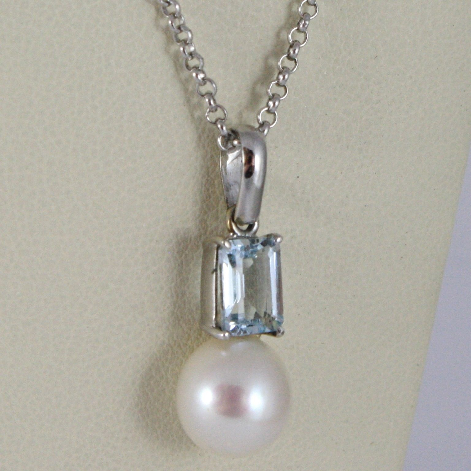 18K WHITE GOLD NECKLACE, EMERALD CUT AQUAMARINE & PEARL PENDANT WITH ROLO CHAIN