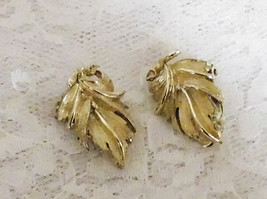 "Vintage LISNER Clip On Leaf Earrings - 1 1/4"" x 3/4"" - Beautiful! - $14.95"