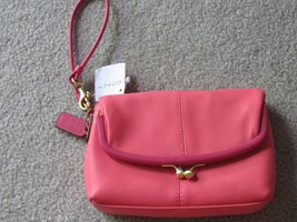 Authentic COACH leather small clutch - Coral with pink trim - $1.051,57 MXN