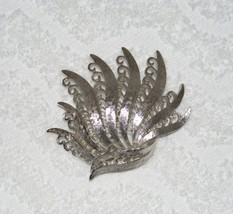 VINTAGE MONET SIGNED SILVER TONE FEATHER FAN INTRICATE DESIGNED BROOCH PIN - $14.99