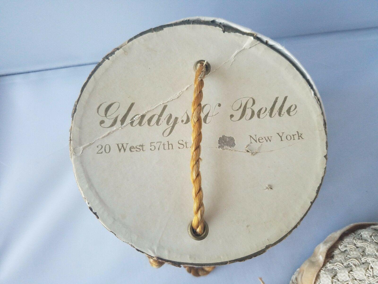 Gladys & Belle Vintage Tricot Beige Chapeau Seau Velours Noeud Boutons avec une
