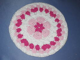 Round African Flower Potholder-Trivet in Pink and French Fuschia - €10,82 EUR