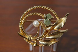 Sarah Coventry Gold Tone Faux Pearl & Jade Floral Wreath Brooch Pin - $14.81